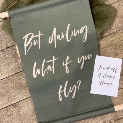 """Mooie eyecatcher voor aan je muur, schoolplaat met de tekst: """"Out darling, what if you fly?"""". In de kleur groen."""